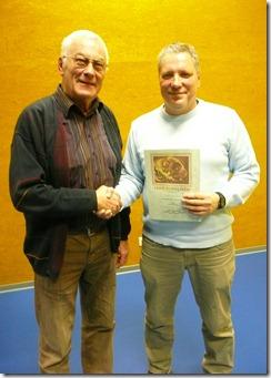 Ehrungsbeauftragter Manfred Höflacher, links, beglückwünschte Peter Mattheis für 700 Mannschaftsspiele